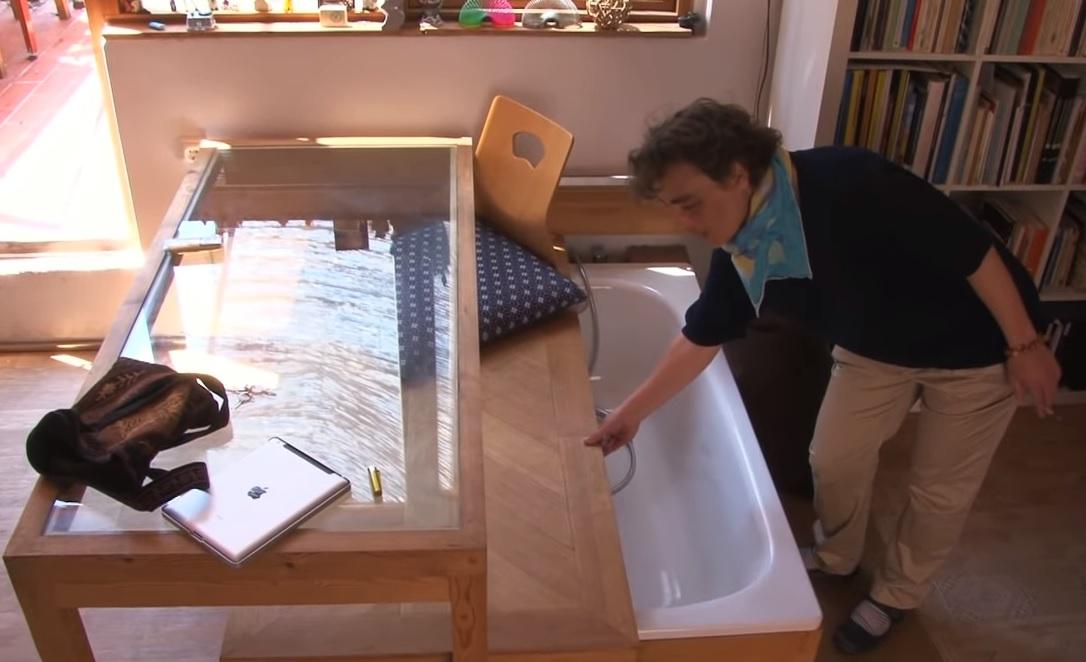 Monolocale con vasca da bagno a scomparsa